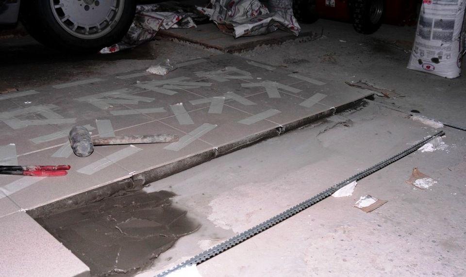 Положить плитку на пол в гараже
