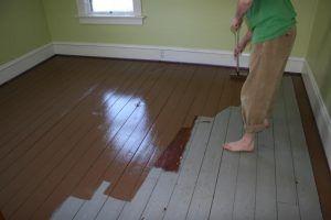 покрыть деревянный пол