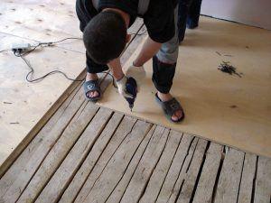 Укладка досок на деревянную подложку и на бетон