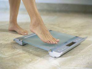 на полу весы