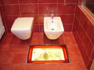 туалет стеклянный пол