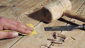 Зааделать щель в деревянном полу