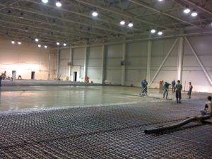 Заливка бетона в промышленном помещении