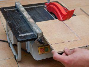 резать напольную плитку
