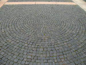Устройство покрытий из брусчатки и булыжного камня