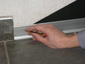 установка алюминиевого плинтуса