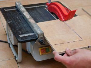 Как отрезать напольную плитку