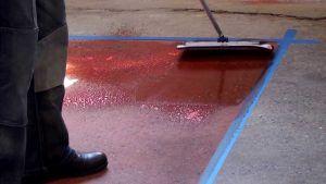красить бетон